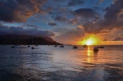 在海洋的日落考艾岛Hanalei海湾的 免版税库存照片