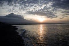 在海滩的日落被关闭对火山 库存图片