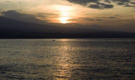 在海滩的日落被关闭对火山 图库摄影
