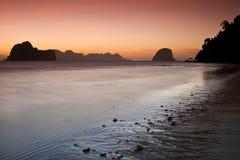 在海滩的日落酸值Ngai海岛泰国 免版税图库摄影