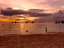 在海滩的日落,博拉凯海岛,菲律宾 图库摄影