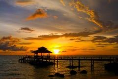 在海滩的日落,泰国 免版税库存图片