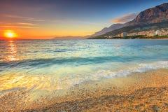 在海滩的日落,马卡尔斯卡,达尔马提亚,克罗地亚 免版税图库摄影