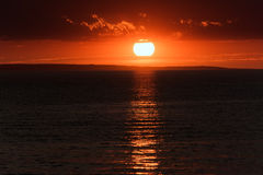 在海滩的日落, Alakol,哈萨克斯坦 免版税库存照片
