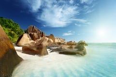 在海滩的日落, d'Argent Anse的来源, La Digue海岛 免版税库存照片