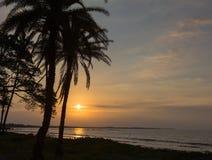 在海洋的日落 斐济 免版税库存照片