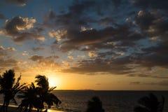 在海洋的日落 斐济 库存图片