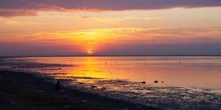 在海滩的日落 波斯湾 免版税图库摄影
