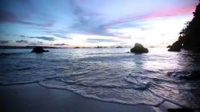 在海滩的日落-金黄日落的平静的田园诗场面在海的,慢慢地飞溅在沙子的波浪 股票视频