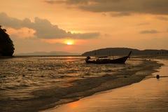 在海滩的日落reflec 库存照片