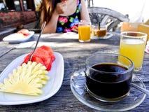 在海滩的早餐 JPG 免版税库存图片
