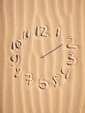 在海滩的时钟表盘 库存照片