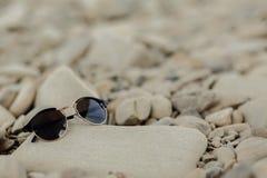 在海滩的时髦的行家太阳镜与文本的空间 wanderl 免版税图库摄影
