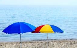 在海滨的明亮的沙滩伞 图库摄影