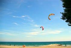3 在海滩的晒日光浴和风筝为暑假 免版税库存照片