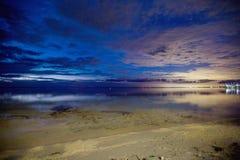 在海滩的暮色小时 免版税图库摄影