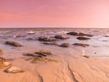 在海滩的暮色桃红色口气 免版税库存照片