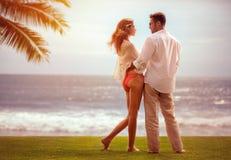 在海滩的有吸引力的夫妇 库存照片