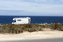 在海滨的有蓬卡车 免版税库存照片