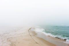 在海滩的有雾的梦想的天 免版税库存图片