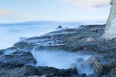 在海洋的朦胧的礁石 库存图片