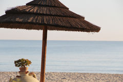 在海滩的木伞 库存照片