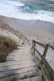 在海滩的木台阶 免版税库存照片