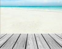 在海滩的木大阳台与清楚的天空、蓝色海和白色沙子对输入文本 免版税库存图片