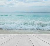在海滩的木大阳台与清楚的天空、水晶干净和清楚的来到跳船嘲笑的风景背景的海和大波浪  免版税库存图片
