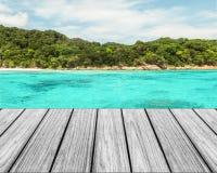 在海滩的木大阳台与清楚的天空和蓝色海和海岛 库存图片