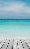 在海滩的木大阳台与清楚的天空和蓝色海 免版税库存图片