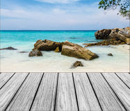 在海滩的木大阳台与清楚的天空和蓝色海 图库摄影