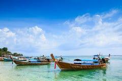 在海滩的木小船 免版税库存图片