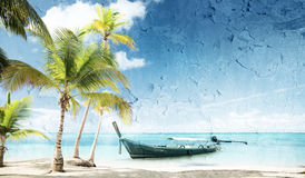 在海滩的木小船 库存图片