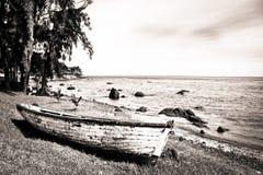 在海滩的木小船 免版税库存照片