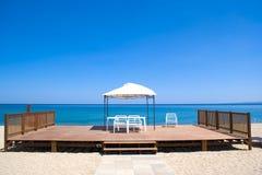 在海滩的木平台 免版税库存图片