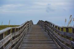 在海滩的木桥 免版税图库摄影