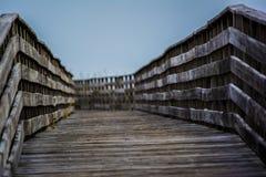 在海滩的木桥 免版税库存图片
