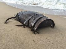 在海滩的木桶 免版税库存图片
