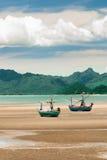 在海滩的木渔船。 免版税库存图片