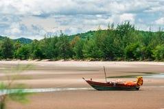 在海滩的木渔船。 库存图片