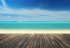 在海滩的木码头 免版税库存照片