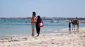 在海滩的本机在突尼斯海岸线骆驼 免版税库存照片