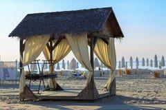 在海滩的机盖 免版税库存图片