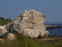 在海滩的极大的岩层 库存图片