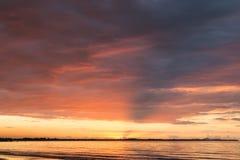 在海洋的桃红色日落 斐济 免版税图库摄影