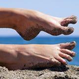 在海滩的桑迪疯狂的妇女脚趾 库存图片
