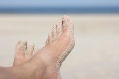 在海滩的桑迪脚 免版税库存图片