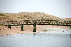 在海滩的桥梁 免版税库存照片