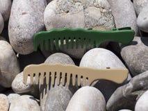 在海滩的梳子 库存图片